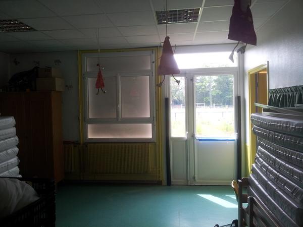 Remplacement de l'esemble des fenêtres, portes et stores d'une école. Système sécurisé et porte anti-panique.
