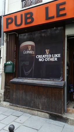 Remplacement de la devanture d'un bar. Vitrine avec ouverture.