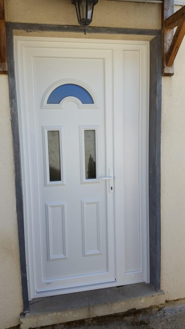 Installation d'une porte d'entrée sécurisée et laissant passer la lumière