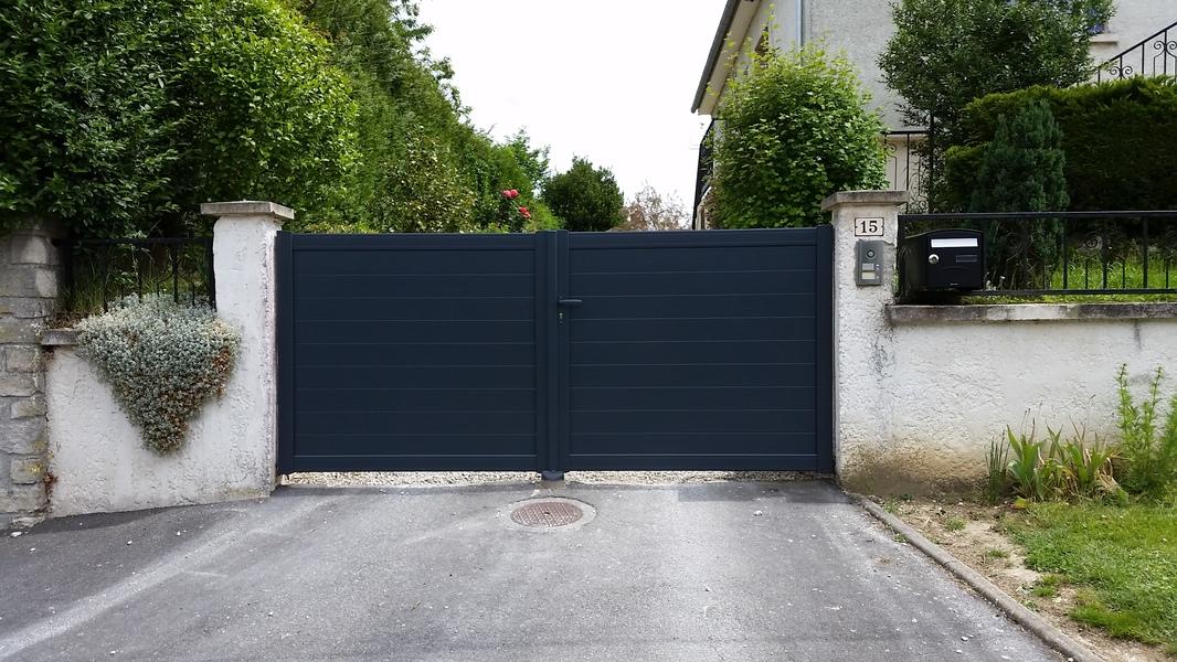 Installation d'un portail en PVC - Esprit luxe - Pavillon dans l'Oise
