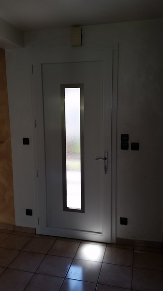 Installation d'une porte d'entrée esthétique à sécurité renforcée