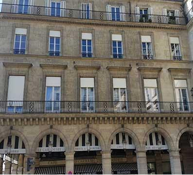 Pose de porte-fenêtre et volets roulants dans un immeuble classé de Paris (1er) - Fenêtre esprit ancien.